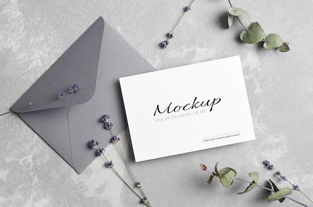 Mockup di biglietto di auguri o invito a nozze con busta, lavanda