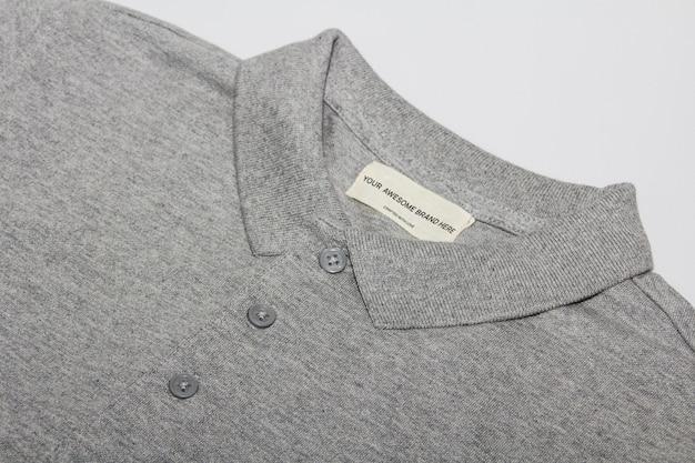 Polo grigia con mockup di etichette