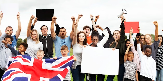 Un gruppo di attivisti sta protestando