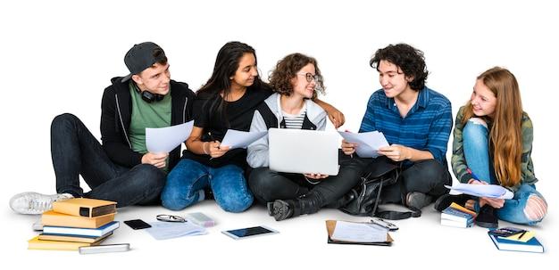 Gruppo di studenti che studiano insieme