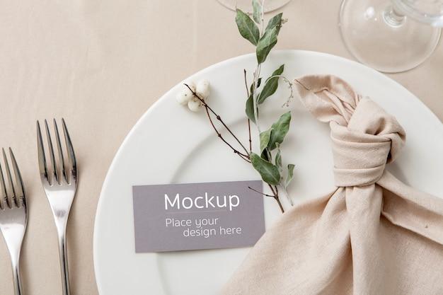 Mockup di carta degli ospiti sulla tavola apparecchiata