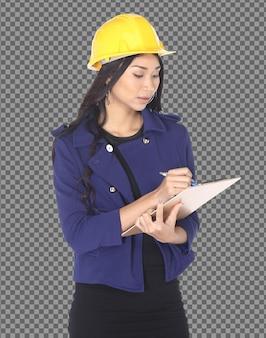 Metà corpo 20s asian architetto ingegnere donna in elmetto giallo prendere nota sul grafico isolato, ragazza con la pelle abbronzata indossare blazzer blu controllare i dati di costruzione in mano, studio girato isolato Psd Premium