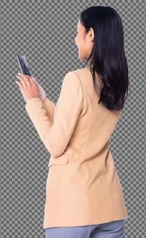Vista posteriore della metà del corpo posteriore, 20s asian business woman intelligente nel telefono giallo vestito blazzer, isolato. la ragazza con la pelle abbronzata ha capelli neri lunghi e lisci controlla il lavoro sui social media sullo smartphone