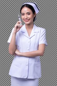 La metà del corpo figura 20s donna asiatica indossa l'infermiera bianca mostra l'uniforme del vaccino sorriso della siringa isolata, dottoressa tiene la dose dell'ago covid su sfondo bianco girato in studio