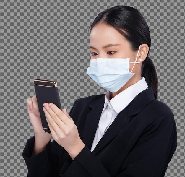 Mezzo corpo ritratto 20s donna asiatica capelli neri camicia bianca vestito indossare maschera utilizzando smart phone isolato. office girl usa il tablet digitale smart mobile phone for business indossa una maschera protettiva per il viso