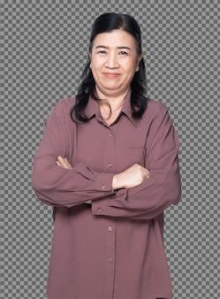 Mezzo corpo ritratto di anni '60 anni '70 donna asiatica anziana capelli neri camicia viola croce mano guardare la fotocamera. la nonna anziana incrocia le braccia sorridendo e girando la vista laterale anteriore su sfondo bianco isolato