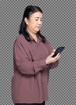 Mezzo corpo ritratto di anni '60 anni '70 anziana donna asiatica camicia viola con capelli neri, usa lo smart phone digitale. senior grandmother utilizza smart phone chit chat molte pose su sfondo bianco isolato