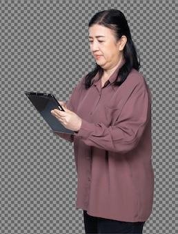 Mezzo corpo ritratto di anni '60 anni '70 donna asiatica anziana camicia viola capelli neri, usa la tavoletta digitale. senior grandmother utilizza tablet social media anteriore lato posteriore vista posteriore su sfondo bianco isolato