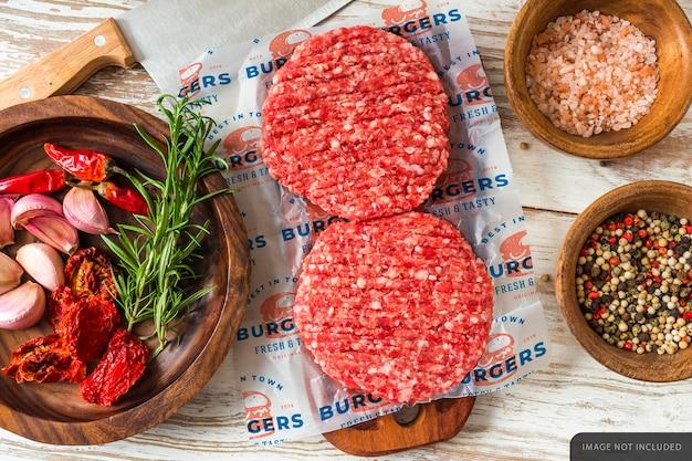 Hamburger mockup di carta da imballaggio di carne cruda