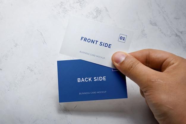 Mockup di biglietto da visita della holding della mano