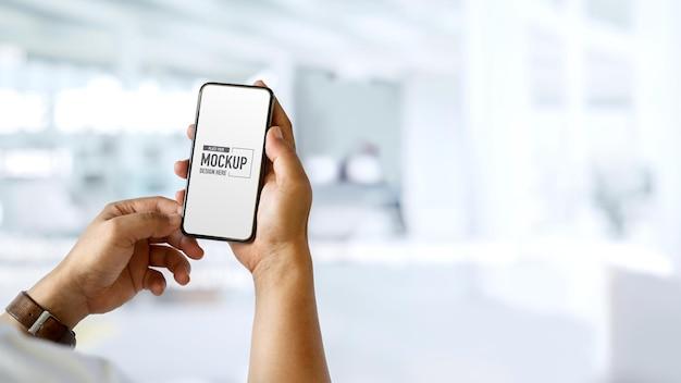 Mani che hanno e toccano smartphone mockup