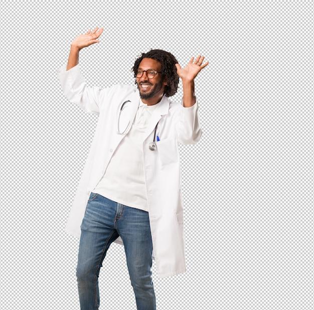 Medico afroamericano bello che ascolta la musica