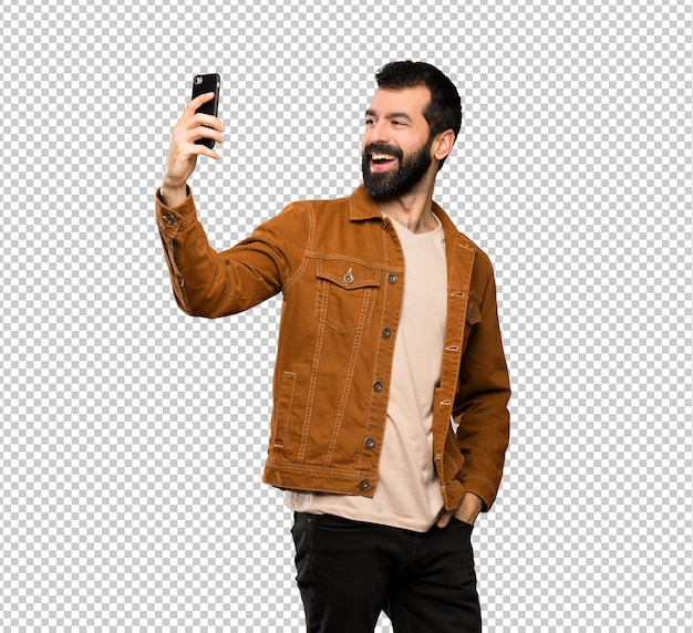Bell'uomo con la barba facendo un selfie