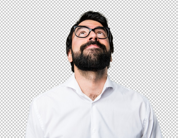 Bell'uomo con gli occhiali guardando in alto
