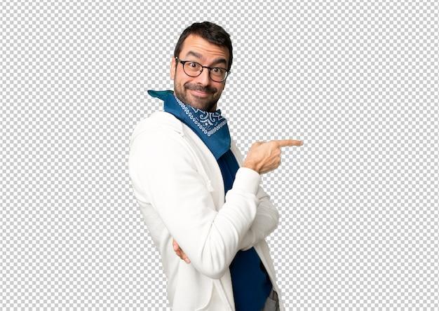 Bell'uomo con gli occhiali che punta il dito verso il lato in posizione laterale