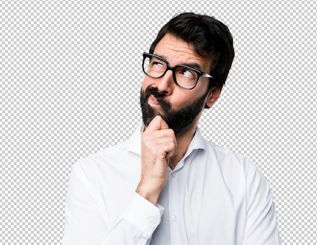 Bell'uomo con gli occhiali pensando