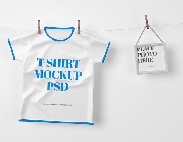 Maglietta appesa per bambini con cornice per foto mockup psd