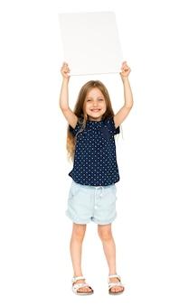 Bambina di felicità che sorride tenendo cartello in bianco