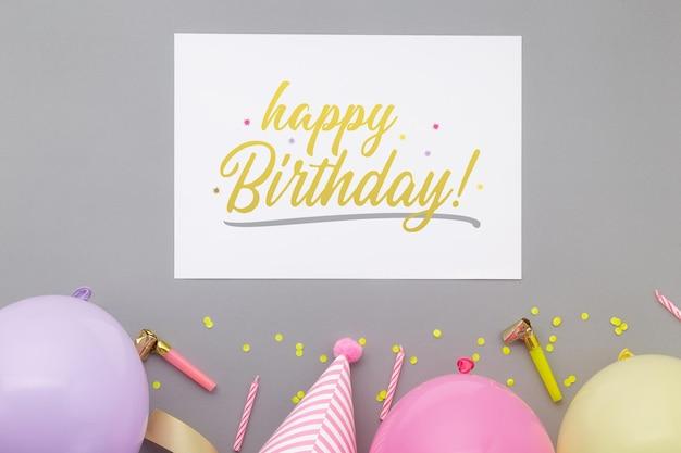 Sfondo di buon compleanno, decorazione festa piatta laici con modello di mockup di carta di invito flyer.