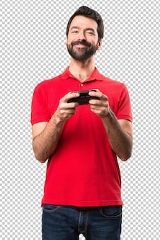 Felice giovane bello giocare ai videogiochi