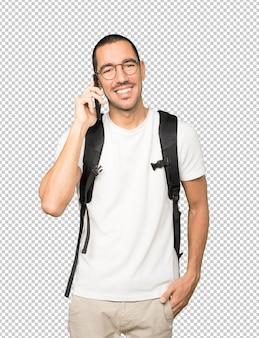 Studente felice utilizzando il suo telefono cellulare
