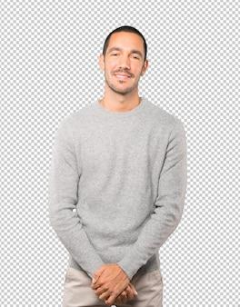 Felice giovane uomo in posa sullo sfondo