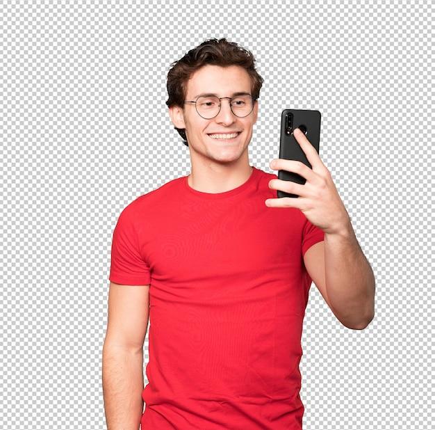 Felice giovane uomo prendendo un selfie con il suo telefono cellulare
