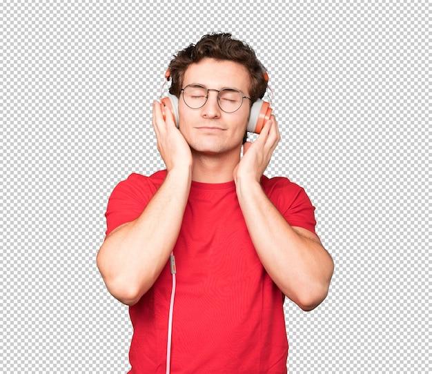 Felice giovane uomo utilizzando una cuffia