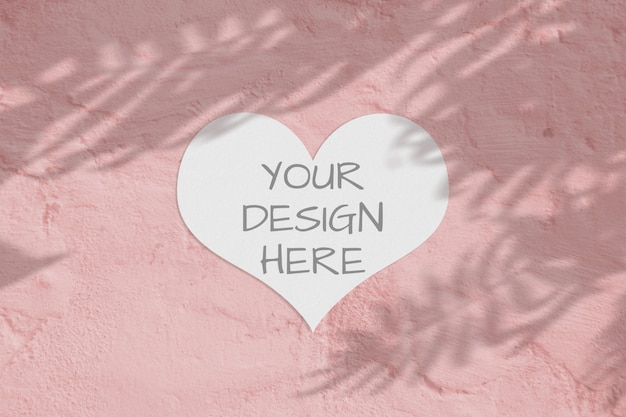 Foglio di carta bianco vuoto cuore con sovrapposizione di ombra di palma. cartolina d'auguri moderna ed elegante o invito a nozze mock up.