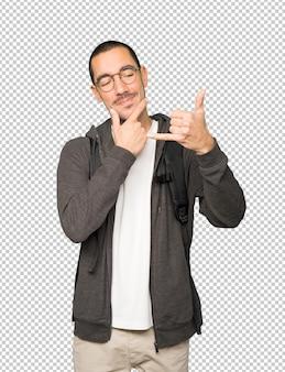 Studente esitante che fa un gesto di chiamata con la mano