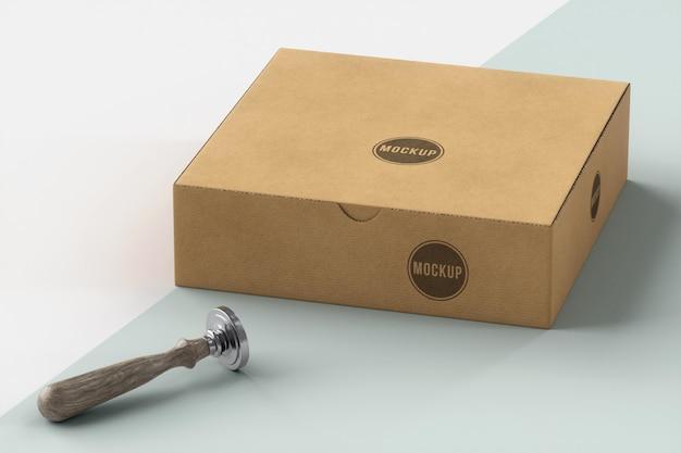 Assortimento ad alto angolo di scatola etichettata con timbro