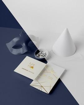 Alto angolo di invito di carnevale minimalista con cono e maschera