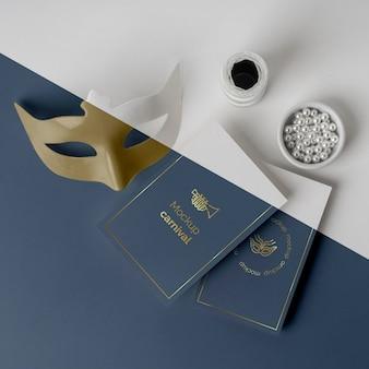 Alto angolo di inviti di carnevale minimalista con maschera e perline