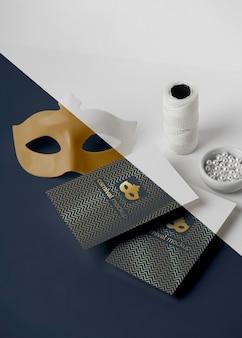 Alto angolo di inviti di carnevale minimalista con maschera e filo