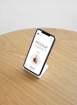 Mockup di smartphone ad alto angolo Psd Premium