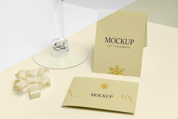 Mock-up di capodanno in vetro vuoto di alta vista champagne