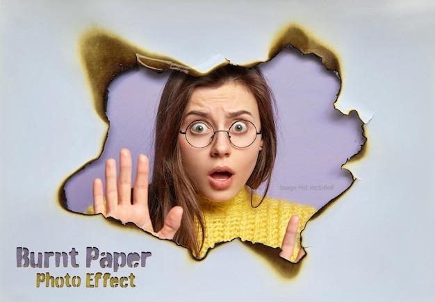Foro nel foglio di carta bruciata effetto foto mockup