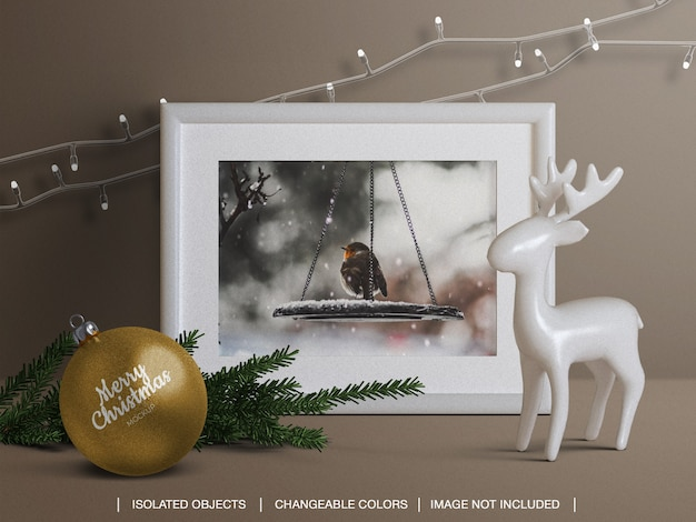 Cartolina fotografica con cornice per le vacanze e mockup di palle di natale e creatore di scene con decorazioni