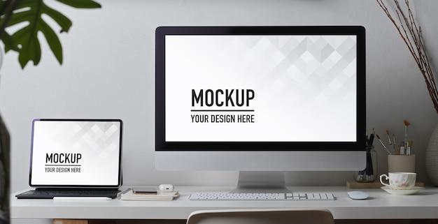 Scrivania da ufficio con computer, tablet, mockup di forniture e decorazioni