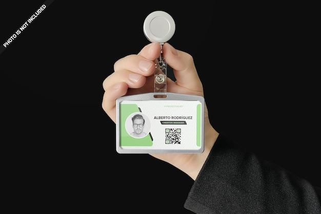 Titolare della carta d'identità nel design mockup di una mano d'uomo isolato