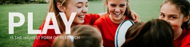 Modello di banner di citazione ispiratrice psd con sfondo di squadra di rugby ragazza