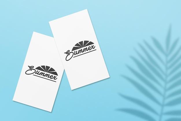 Mockup di carte estive per storie di instagram con foglie di palma ombra su un muro