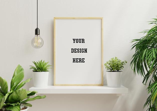 Poster interno mock up con cornice in legno vuota verticale e piante