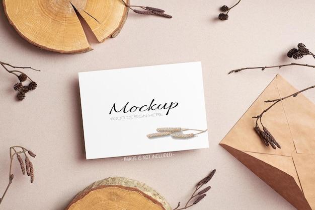 Biglietto d'invito o volantino, mockup fisso con busta e ramoscelli di albero secco