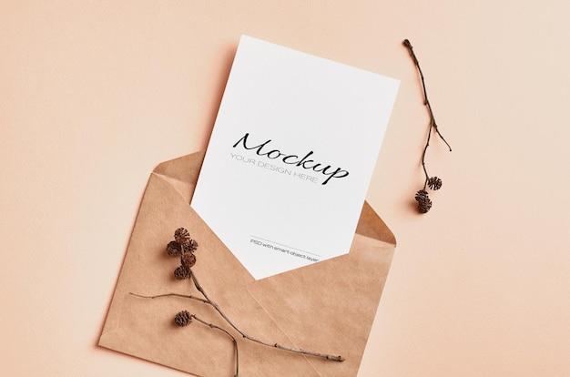 Mockup di carta di invito con decorazioni di ramoscelli di albero secco