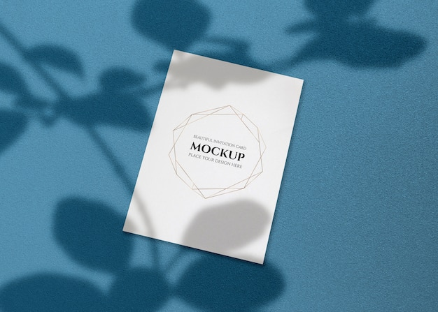 Mockup di carta di invito con ombra di foglie.