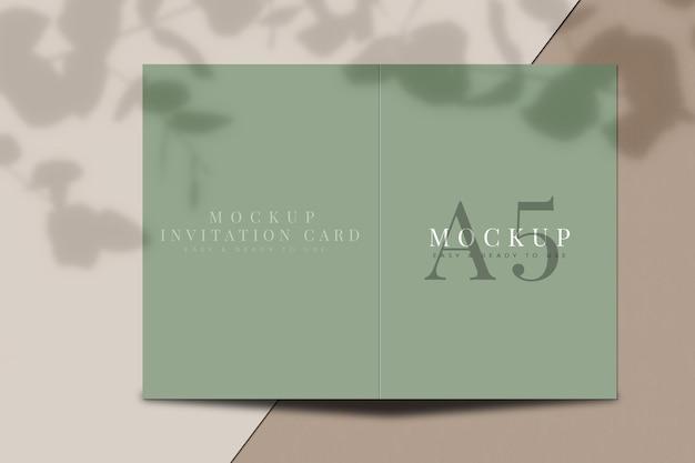 Un mockup di biglietti d'invito con sovrapposizione di ombre. modello per per la presentazione. rendering 3d