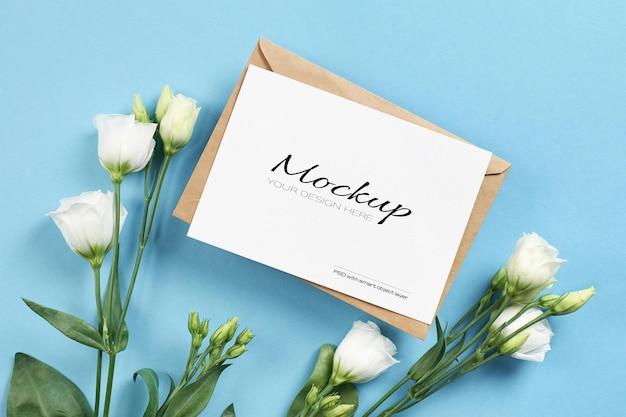 Mockup di carta di invito con fiori bianchi di eustoma