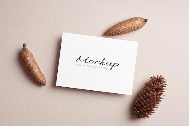 Mockup di carta di invito o volantino con coni di abete