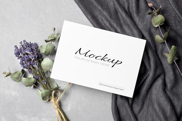 Modello di invito o biglietto di auguri con eucalipto secco e fiori di lavanda